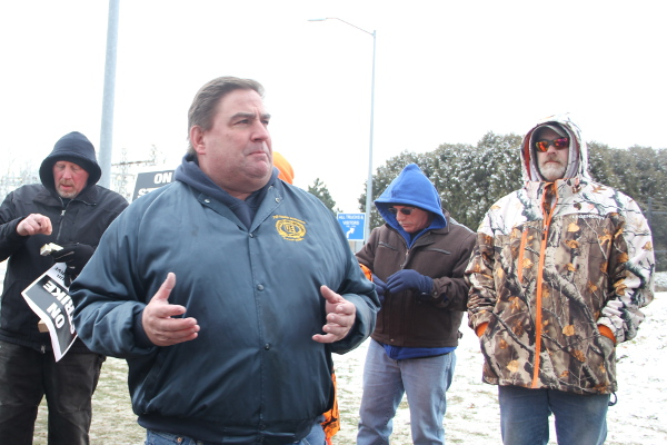 Local 506 Chief Plant Steward Leo Grzegorzewski talking to UE members on the picket line